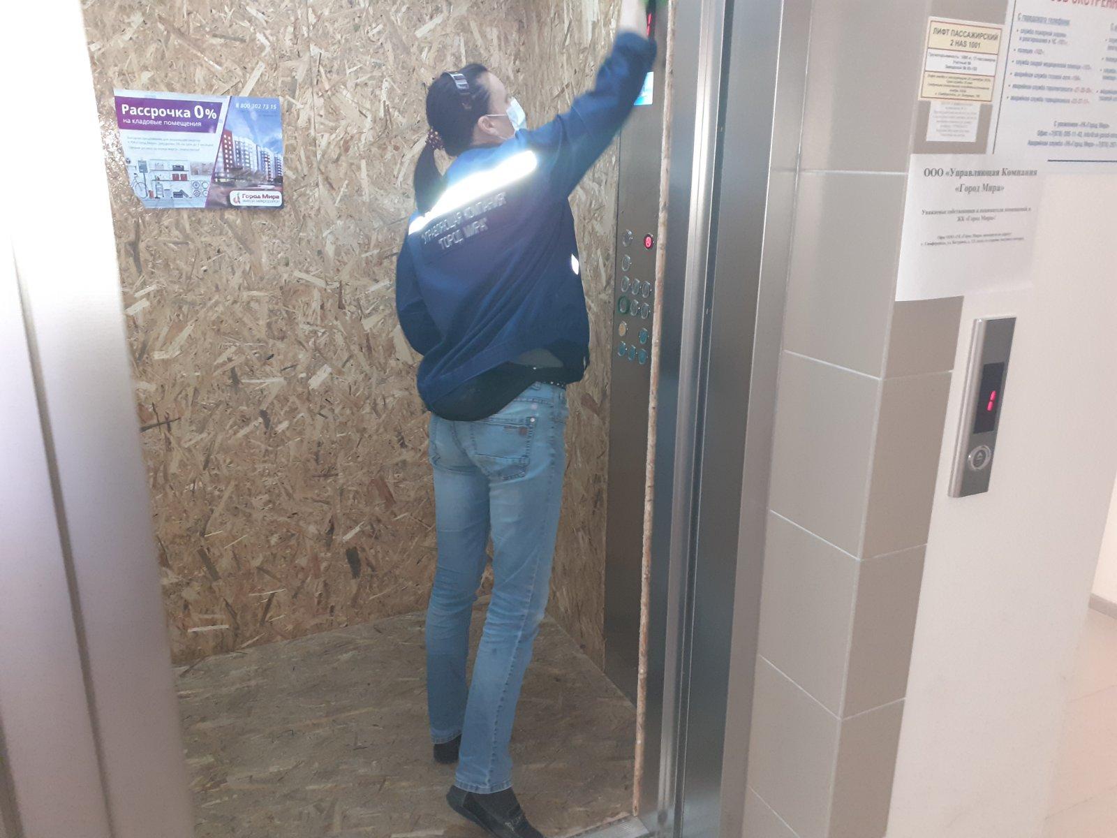 Обработка хлорсодержащим раствором кабины лифта